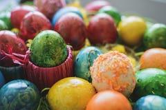 Composi pintado y adornado de los huevos de Pascua, colorido y abstracto Fotos de archivo