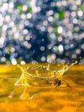 Composición abstracta, colorida con las pequeñas luces del bokeh, descensos del agua y textura del agua Foto de archivo