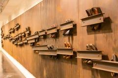 Composición abstracta de los zapatos del vintage atados a la pared en el paso inferior fotografía de archivo