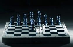 Composici?n abstracta del ajedrez en el tablero del juego el concepto de derrota fotografía de archivo