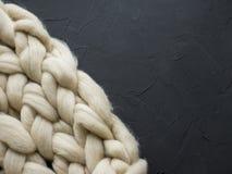 Composición acogedora, atmósfera de la manta de la lana merina del primer, caliente y cómoda Haga punto el fondo Foto de archivo