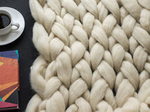 Composición acogedora, atmósfera de la manta de la lana merina del primer, caliente y cómoda Haga punto el fondo Imagen de archivo