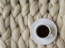 Composición acogedora, atmósfera de la manta de la lana merina del primer, caliente y cómoda Haga punto el fondo Fotos de archivo