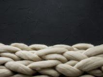 Composición acogedora, atmósfera de la manta de la lana merina del primer, caliente y cómoda Haga punto el fondo Fotografía de archivo