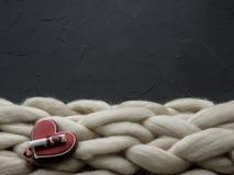 Composición acogedora, atmósfera de la manta de la lana merina del primer, caliente y cómoda Haga punto el fondo Fotografía de archivo libre de regalías