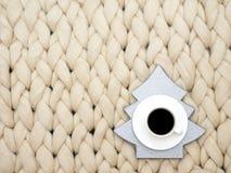 Composición acogedora, atmósfera de la manta de la lana merina del primer, caliente y cómoda Haga punto el fondo Taza de café imágenes de archivo libres de regalías