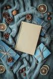 Composición acogedora de la Navidad de las vacaciones de invierno con el espacio para el texto imágenes de archivo libres de regalías