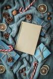 Composición acogedora de la Navidad de las vacaciones de invierno con el espacio para el texto imagen de archivo libre de regalías