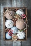 Composición acogedora de la Navidad de las vacaciones de invierno con el espacio para el texto imagen de archivo