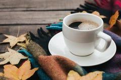 Composición acogedora del otoño con hojas de la tela escocesa y una taza de café en fondo de madera del viejo vintage Imagenes de archivo