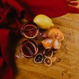 Composición adornada de tazas con el vino reflexionado sobre en bufanda hecha punto fotografía de archivo libre de regalías