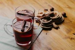 Composición adornada de tazas con el vino reflexionado sobre en bufanda hecha punto, cierre para arriba fotos de archivo libres de regalías