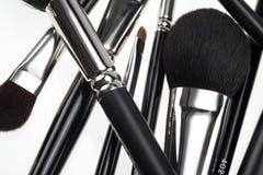 Composición al azar con los cepillos del maquillaje Fotos de archivo