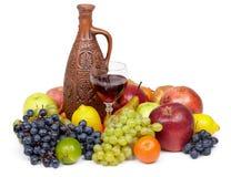Composición artística de la fruta y del jarro Imagen de archivo