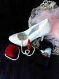 Composición atractiva hecha de los talones blancos, del lápiz labial rojo y de la foto de ella tomada con smartphone Fotografía de archivo libre de regalías