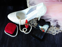 Composición atractiva hecha de los talones blancos, del lápiz labial rojo y de la foto de ella tomada con smartphone Fotografía de archivo