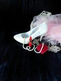 Composición atractiva hecha de los talones blancos, del lápiz labial rojo y del vestido rosado Foto de archivo libre de regalías