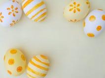 Composición blanca y amarilla de los huevos de Pascua Fotos de archivo libres de regalías