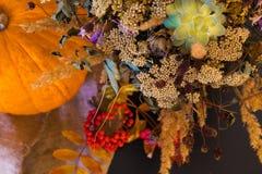 Composición brillante del otoño de flores y de hojas Fotografía de archivo