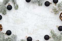Composición china del Año Nuevo con las bolas de la Navidad y las decoraciones negras del árbol de abeto en el fondo blanco del g fotos de archivo