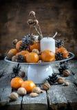 Composición clásica de la Navidad con las mandarinas Fotos de archivo libres de regalías