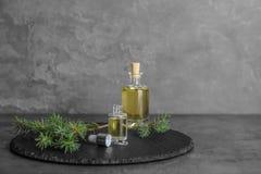 Composición con aceite esencial en las botellas de cristal en la tabla fotografía de archivo libre de regalías