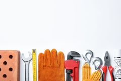 Composición con diversas herramientas de la construcción en el fondo blanco fotos de archivo libres de regalías