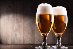 Composición con dos vidrios de cerveza de cerveza dorada Fotografía de archivo libre de regalías