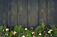 Composición con el árbol de navidad adornado en de madera rústico oscuro Imágenes de archivo libres de regalías
