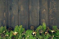 Composición con el árbol de navidad adornado en de madera rústico oscuro Fotografía de archivo libre de regalías
