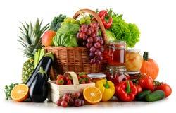 Composición con el alimento biológico aislado en blanco imágenes de archivo libres de regalías