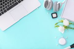 Composición con el ordenador portátil, auriculares, cosméticos imágenes de archivo libres de regalías