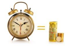 Composición con el reloj de alarma y el dinero viejos en blanco Imagenes de archivo