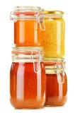 Composición con el tarro de miel en blanco Fotos de archivo