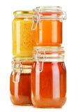 Composición con el tarro de miel en blanco Imagen de archivo