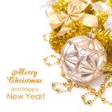 Composición con la bola de la Navidad en los tonos de oro, aislados en whi Fotos de archivo