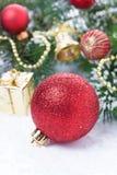 Composición con la bola roja y las decoraciones de la Navidad, verticales Foto de archivo