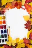 Composición con la hoja del Libro Blanco, de las pinturas, de los cepillos y del autum Foto de archivo libre de regalías
