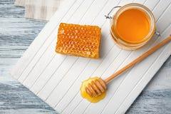 Composición con la miel en el tablero de madera Fotos de archivo