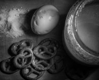 Composición con la miel y los pasteles imagenes de archivo