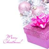 Composición con las bolas rosadas de la caja y de la Navidad de regalo, aisladas Fotos de archivo libres de regalías