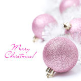 Composición con las bolas rosadas y la malla de la Navidad, aisladas Fotografía de archivo libre de regalías