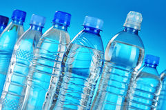 Composición con las botellas plásticas clasificadas de agua mineral Fotos de archivo