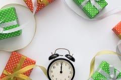 Composición con las cajas de regalo, reloj, cintas del día de fiesta de la Navidad y del Año Nuevo en el fondo blanco Visión supe Fotos de archivo