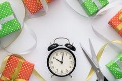 Composición con las cajas de regalo, reloj, tijeras, cintas del día de fiesta de la Navidad y del Año Nuevo en el fondo blanco Vi Fotos de archivo