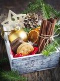 Composición con las decoraciones de la Navidad en caja Foto de archivo libre de regalías