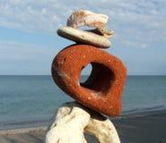 Composición con las diversos piedras y mar Imagenes de archivo