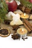 Composición con las galletas de la Navidad en un fondo blanco Fotos de archivo libres de regalías