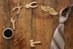composición con las herramientas de madera de la forma, corbata, taza de la visión superior de café Father& x27; concepto del día fotos de archivo