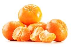 Composición con las mandarinas aisladas en el fondo blanco Fotografía de archivo